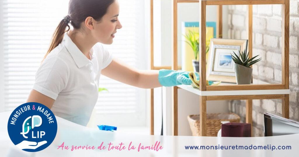 Femme qui nettoie appartement