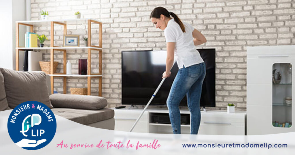 Femme qui nettoie le sol